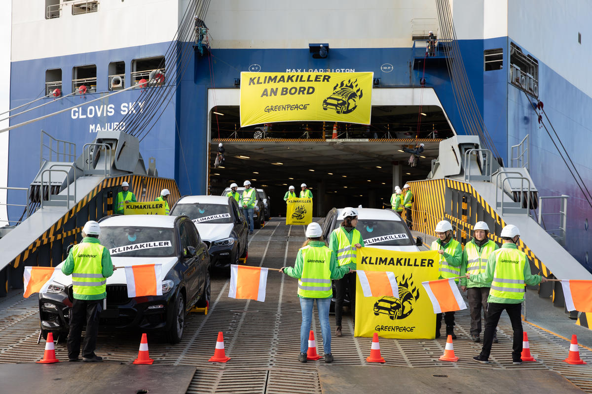 Protest against SUVs in Bremerhaven. © Daniel Müller / Greenpeace