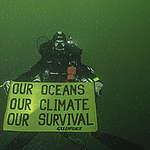 Underwater Banner Action - IPCC Report. © Alexis Rosenfeld / Greenpeace