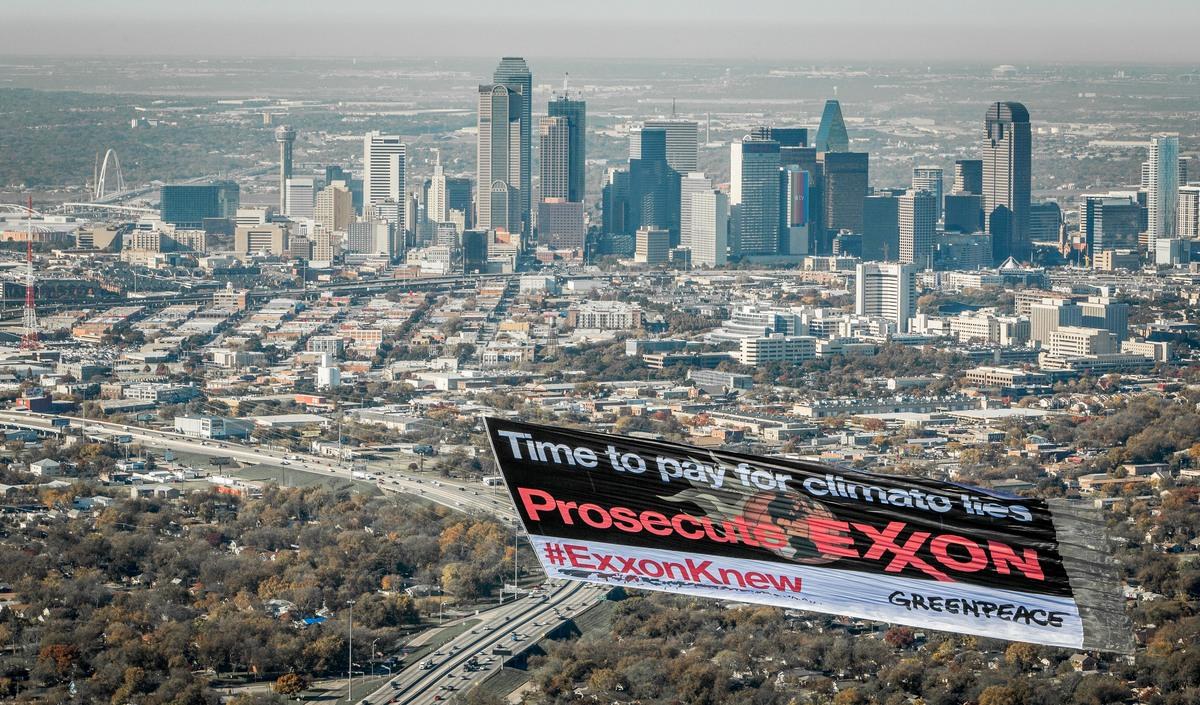 Exxon Knew Banner in Dallas. © Ron Heflin / Greenpeace