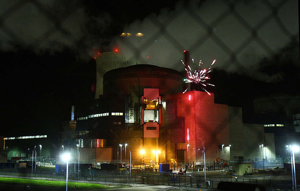 Fireworks to Highlight Vulnerability of Cattenom Nuclear Plant in France. © Nicolas Chauveau / Greenpeace
