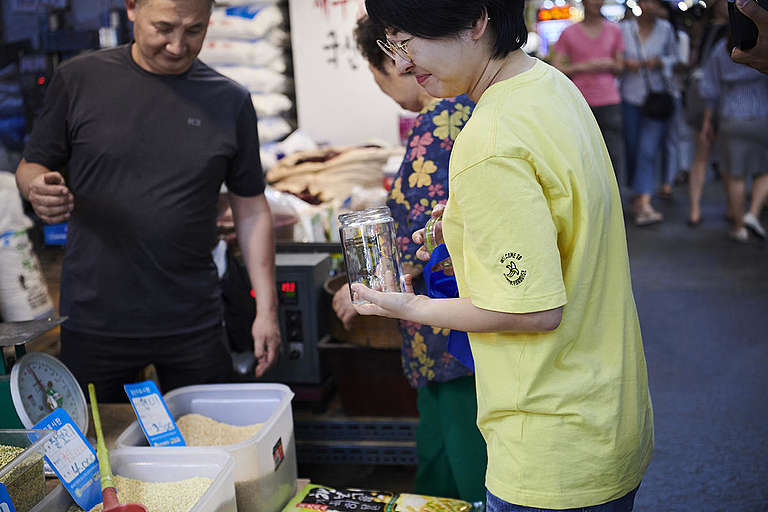 Plastic-Free Shopping Practices in Mangwon Market, Seoul. © Jung Park / Greenpeace