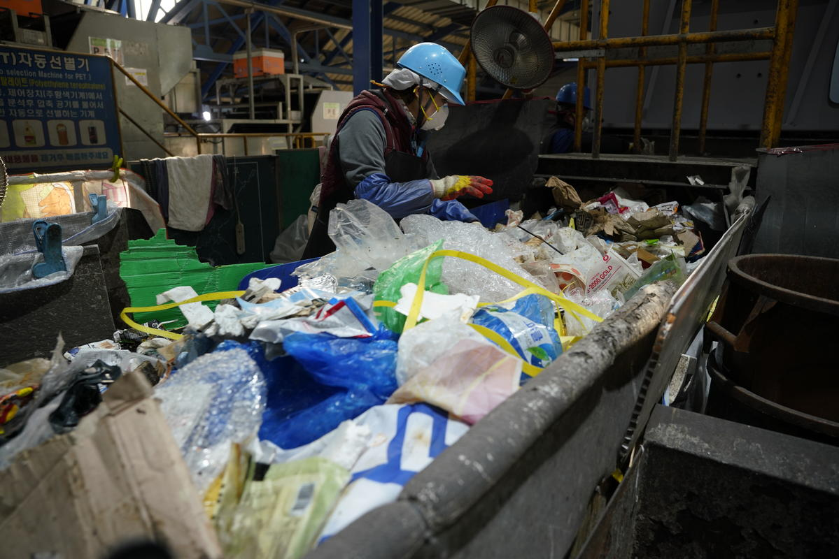 Recycling Center in South Korea. © Seungchan Lee / Greenpeace