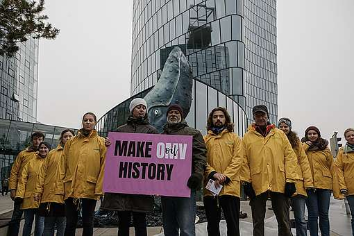 Whale Sculpture outside OMV HQ in Vienna. © David Visnjic / Greenpeace