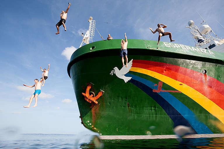 Greenpeace crew jumps from the MY Esperanza during a swim stop. © Pierre Baelen / Greenpeace