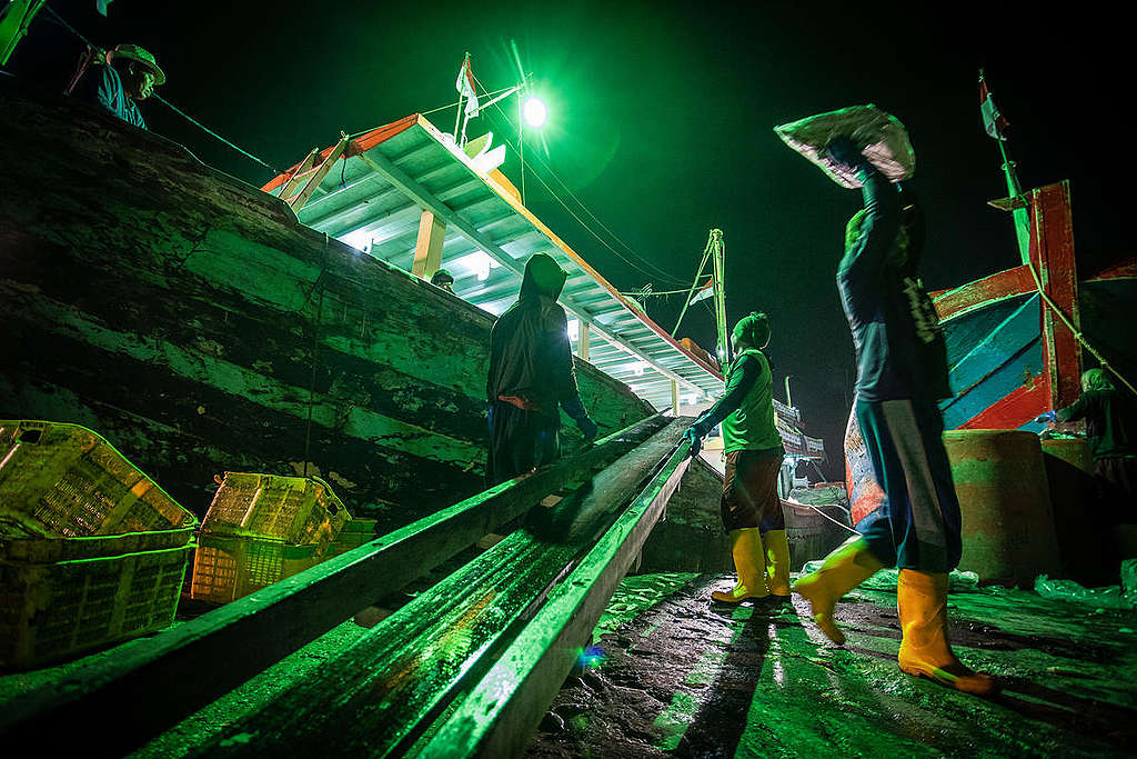 Migrant Fishermen in Indonesia. © Jurnasyanto Sukarno / Greenpeace