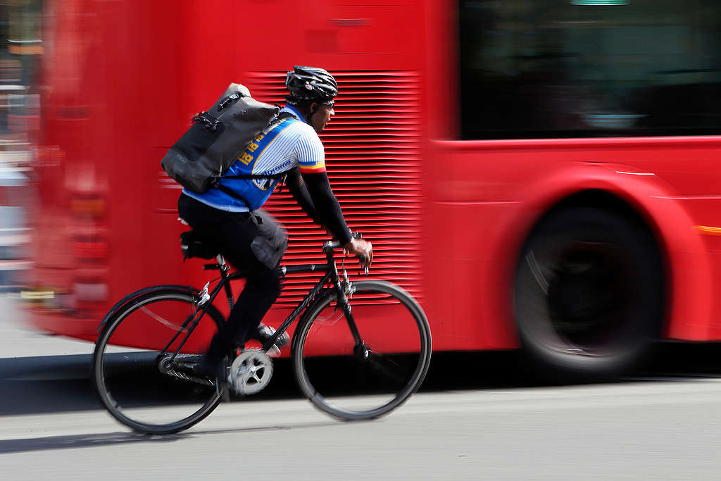 Cycling in Central London. © Jiri Rezac / Greenpeace