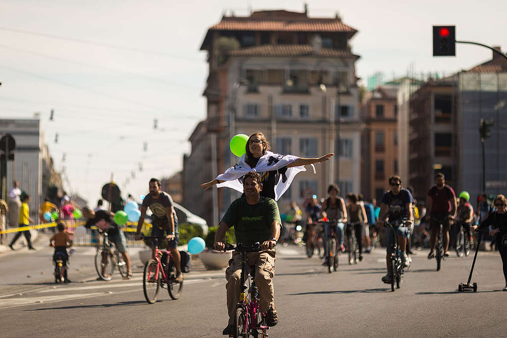 Cycling in Italy. © Lorenzo Moscia / Greenpeace