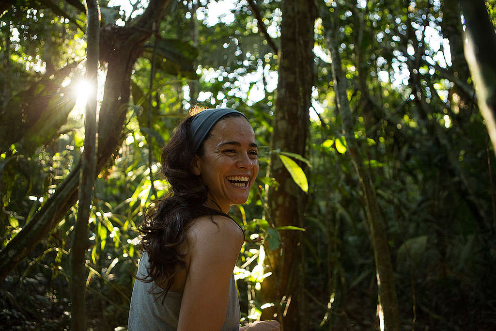 Alice Braga, Brazilian actress, visits the Sawré Muybu village to support the fight of the Munduruku people against a dam construction in the region. The Munduruku people have inhabited the Sawré Muybu village, in the heart of the Amazon, for generations. The Brazilian government plans to build a series of dams in the Tapajós river basin, which would severely threaten their way of life. The Munduruku demand the demarcation of their territory, which would ensure protection from such projects. © Otávio Almeida / Greenpeace