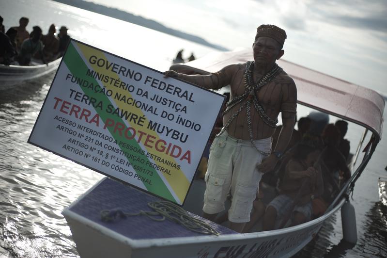 Liderancas do povo Munduruku instalam a primeira de 50 placas nos limites da Terra Indigena Sawre Muybu, sinalizando o territorio que eles autodemarcaram. Os Munduruku pedem a demarcacao definitiva de sua terra. O local esta sob ameaca, em funcao dos planos do governo brasileiro de construir uma grande hidreletrica no regiao, o que pode comprometer o modo de vida do povo e a biodiversidade do rio Tapajos. Leaders of the Munduruku people install the first of 50 placards on the borders of Sawre Muybu , taking it upon themselves to demarcate their Indigenous Land. The Munduruku have repeatedly requested the official demarcation. The site is under threat, as the Brazilian government plans to build a megadam in the region, which would severely compromise the way of life of the people and threaten the biodiversity of the Tapajos River . Foto: Anderson Barbosa / Greenpeace