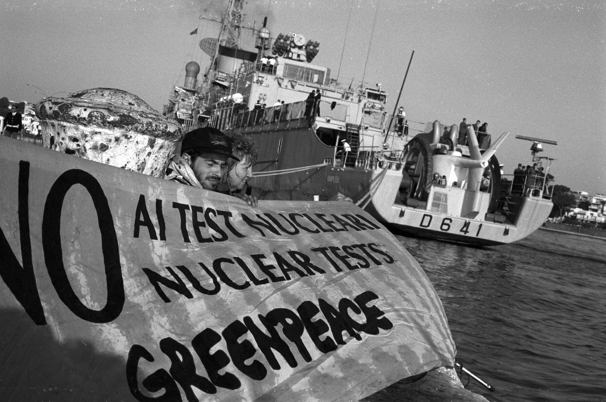 Greenpeace Blocks the Dupleix. © Nicole Lewin-Reggio