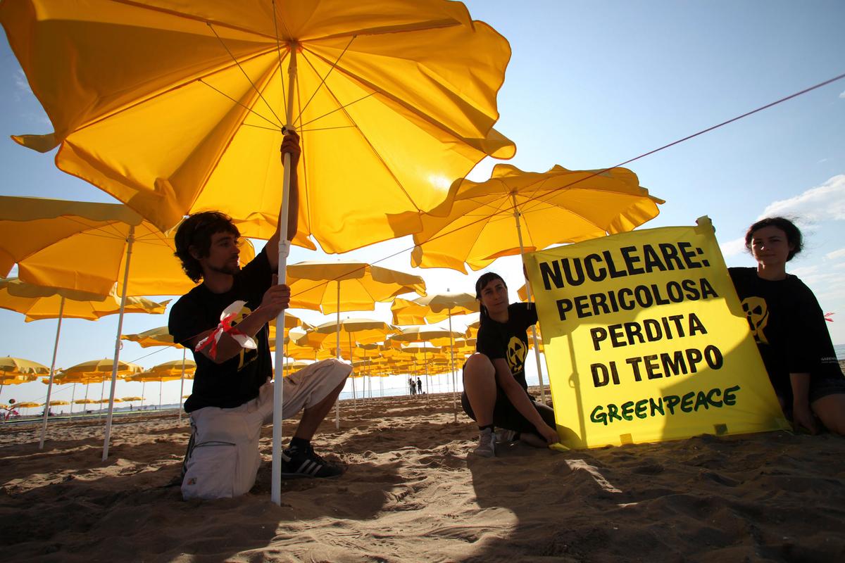 No Nuclear Human Banner on Venice Lido. © Teresa Novotny
