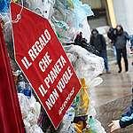 In azione a milano contro il black friday, «Il consumismo eccessivo sta devastando il Pianeta»