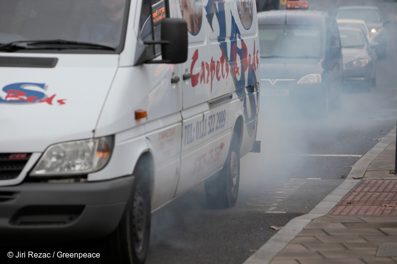 UK WEST MIDLANDS BIRMINGHAM 15NOV16 - Smoke from a malfunctioning diesel van in stationary traffic around Birmingham city centre.jre/Photo by Jiri Rezac© Jiri Rezac 2016