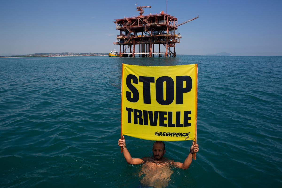 """Action at Italian Oil Platform """"Sarago Mare"""" in the Adriatic Sea. © Francesco Alesi"""