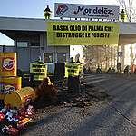 Greenpeace in azione davanti a stabilimento Mondelēz per dire basta alla deforestazione per l'olio di palma