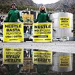 Attivisti di Greenpeace con un mostro di plastica davanti alla fabbrica di Nestlé