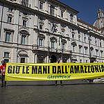 Greenpeace protesta di fronte all'ambasciata brasiliana in solidarietà verso i popoli indigeni dell'Amazzonia