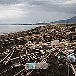 Inquinamento da plastica. Greenpeace: alla foce del Sarno una situazione scioccante