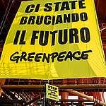 Clima, Greenpeace Italia in azione su una trivella contro il governo: «Ci state bruciando il futuro, basta puntare sui combustibili fossili»