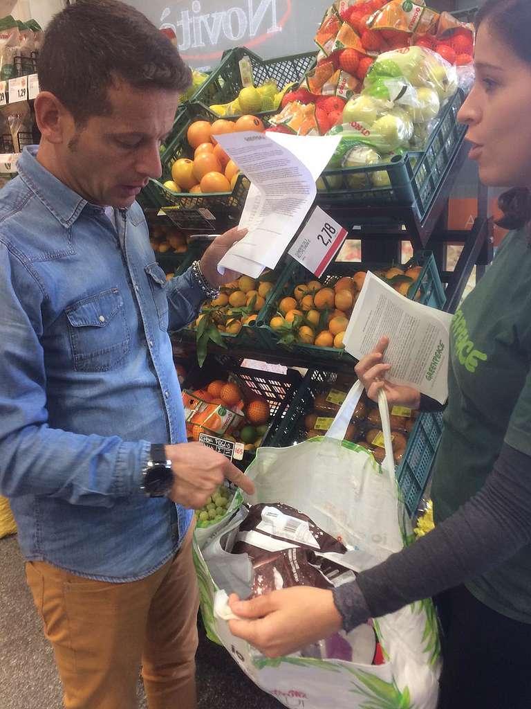 Volontari per la Reuse Revolution in un supermercato di Roma
