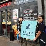 Volontari di Greenpeace davanti ai supermercati: niente tagli alla Plastic Tax, serva però a incentivare alternative riutilizzabili