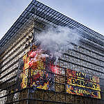 Attivisti di Greenpeace in azione a Bruxelles sul palazzo del Consiglio europeo: «Ue si impegni di più per contrastare emergenza climatica»
