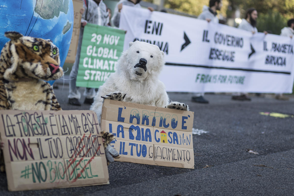Fridays for Future and Greenpeace Italy Action at ENI in Rome. © Francesco Alesi / Greenpeace