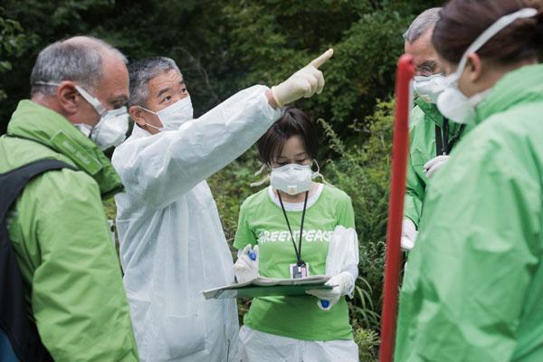 2017년 9월 그린피스 방사선 방호 전문가 팀이 후쿠시마 사고로 인한 방사성 오염지역을 조사하고 있다.