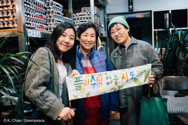 지난 4월 6일 그린피스 '착한 가게 원정대'가 서울에서 일회용 플라스틱 소비 없이 장을 볼 수 있는 가게를 찾고 있다
