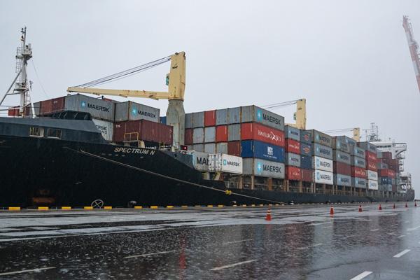 오늘(3일) 국제환경단체 그린피스는 한국에서 필리핀으로 수출된 불법 플라스틱 쓰레기 1400톤을 실은 선박 '스펙트럼 N(SPECTRUM N)' 호가 평택항에 들어오는 현장에서 환경부를 대상으로 기업의 일회용 플라스틱 소비 규제를 촉구했다. 선박은 오전 6시 30분경 평택컨테이너터미널에 도착했다