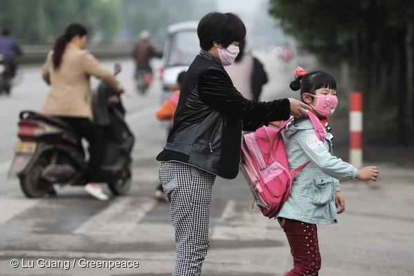 중국 장쑤성의 지역 주민. 공장 인근 초등학교에 다니는 학생들이 대기오염으로 고통받고 있다