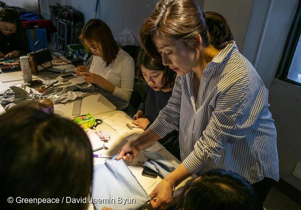 강사님과 함께 소품을 만들고 있는 참가자들