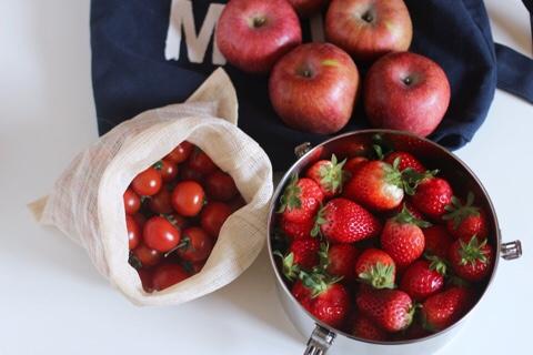 삼베주머니와 스테인리스 밀폐용기에 담긴 과일 ©jeonjaeeun