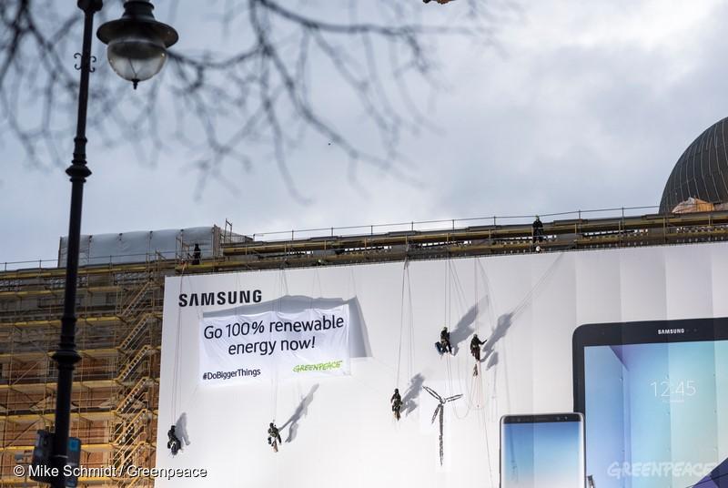 그린피스 독일 활동가들이 2017년 12월, 삼성전자에 100% 재생가능에너지로의 전환을 촉구하고 있다.