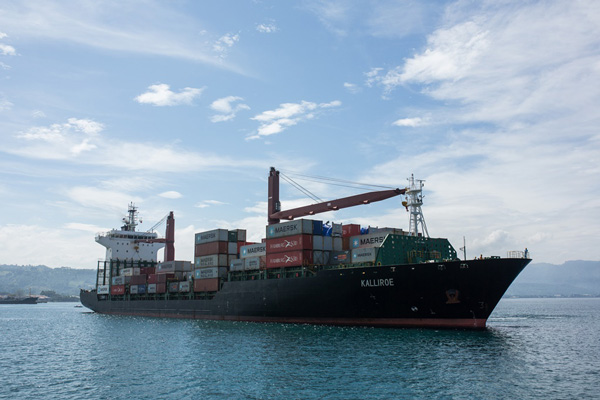 필리핀 민다나오 국제 컨테이너 터미널에 계류 중이었던 한국발 불법 플라스틱 쓰레기 1400톤이 '칼리로에 V852S(KALLIROE V852S)' 호에 실려 출항했다