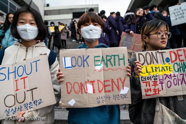 청소년들이 직접 제작한 피켓을 들고 서 있다.