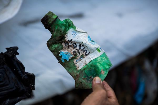 한국발 플라스틱 쓰레기는 제품 용기, 과자 봉지, 그물망 등 갖가지 폐플라스틱과 생활 폐기물이 뒤섞여 방치돼 있다