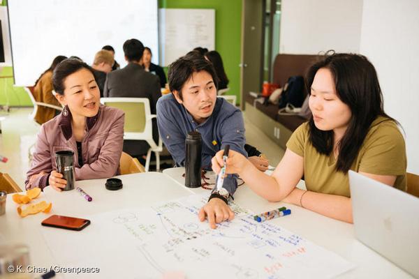 지난 3월 23일 그린피스 '착한 가게 원정대'가 서울에서 일회용 플라스틱 소비 없이 장을 볼 수 있는 가게를 찾기 위한 기준에 대해 의견을 나누고 있다