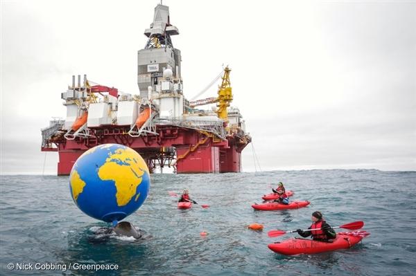 석유 시추의 확장을 반대하는 그린피스 활동가들