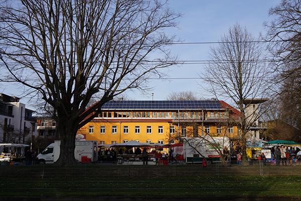 보봉(Vauban)시 주민센터 앞에서 열리는 농부의 시장. 그 주민센터 지붕 위에는 커다란 태양광패널이 설치되어있고, 그 앞으로 트램(노상열차)이 여유롭게 지나간다.