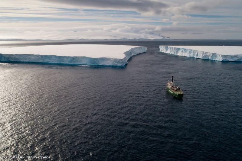 남극바다를 항해하는 그린피스 환경 감시선