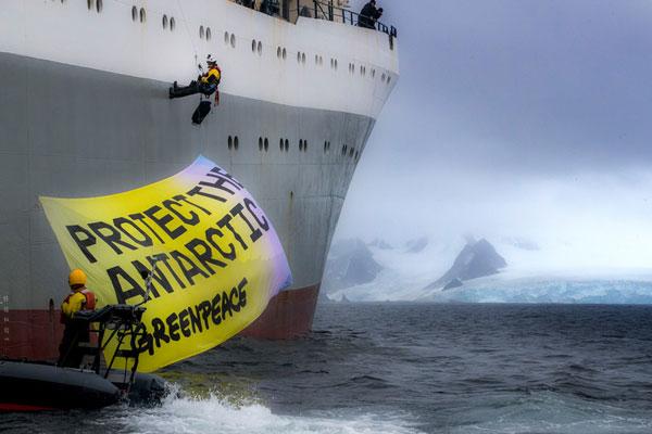 그린피스 활동가들이 크릴 어선 모르 소드루체스토호에 '남극해 보호' 배너를 설치하고 있다