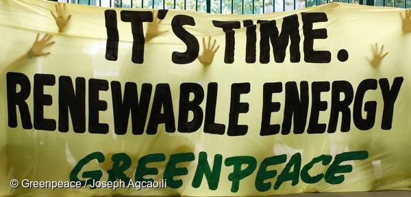 그린피스 활동가들이 기후변화 해결을 촉구하는 배너액션을 하고 있다.