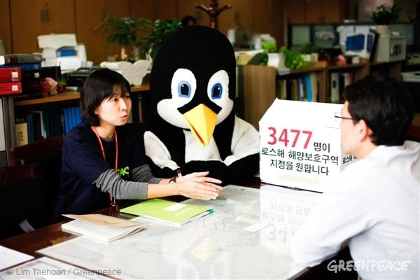 한국정부 대표단에게 남극해 보호를 위한 시민들의 서명을 전달한 한정희 그린피스 해양캠페이너