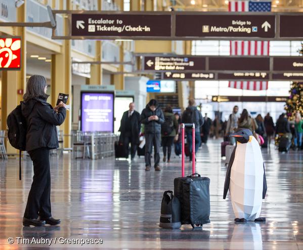 워싱턴DC 공항에서 여행객을 위해 포즈를 취하다가
