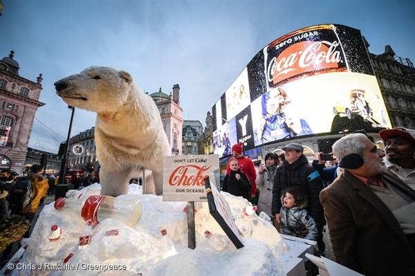 코카콜라의 연말 광고를 활용해 산더미같이 쌓인 플라스틱 쓰레기를 보여준 그린피스의 북극곰 캠페인은 2017년 12월 런던에서 진행됐습니다.