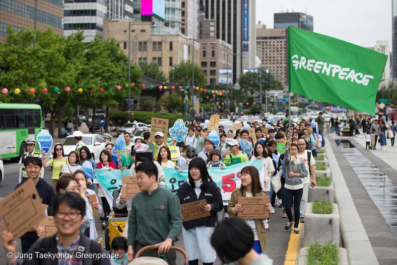 기후행진 2018에 참여한 시민이 광화문 길을 따라 걷고 있다
