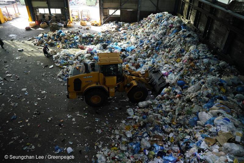 한국의 자원순환센터에는 매일 엄청난 양의 일회용 플라스틱 쓰레기가 들어오고 있다