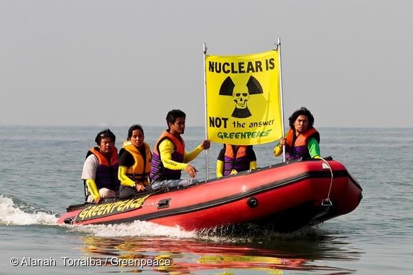 그린피스 활동가들이 필리핀 마닐라에서 탈핵을 요구하는 액션을 펼치고 있다