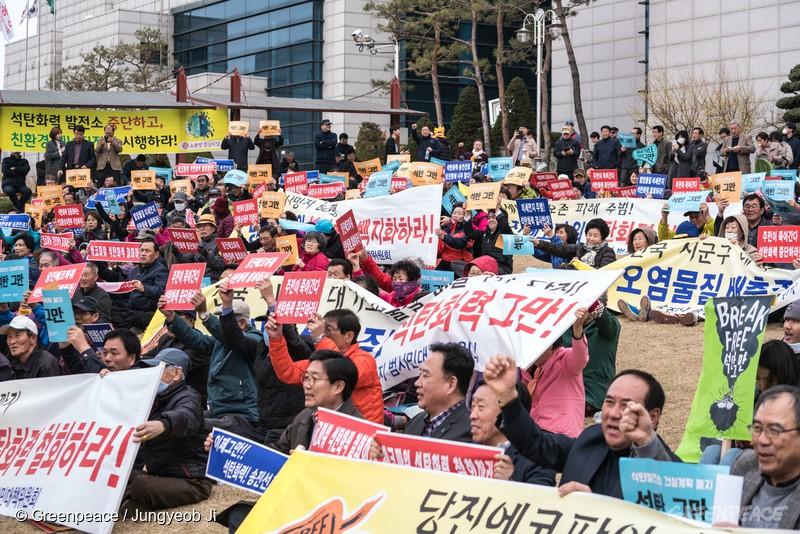 1천 여명의 시민들이 충남 당진에서 '브레이크 프리(Break Free) 석탄 그만! 국제공동행동의 날' 행사를 열고 미세먼지와 온실가스 감축을 위해 신규 석탄발전소 계획을 폐지할 것을 요구했다.